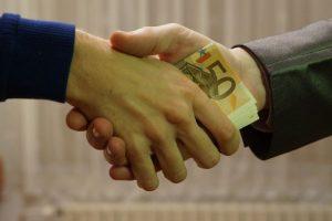 łapówka pieniądze ręce