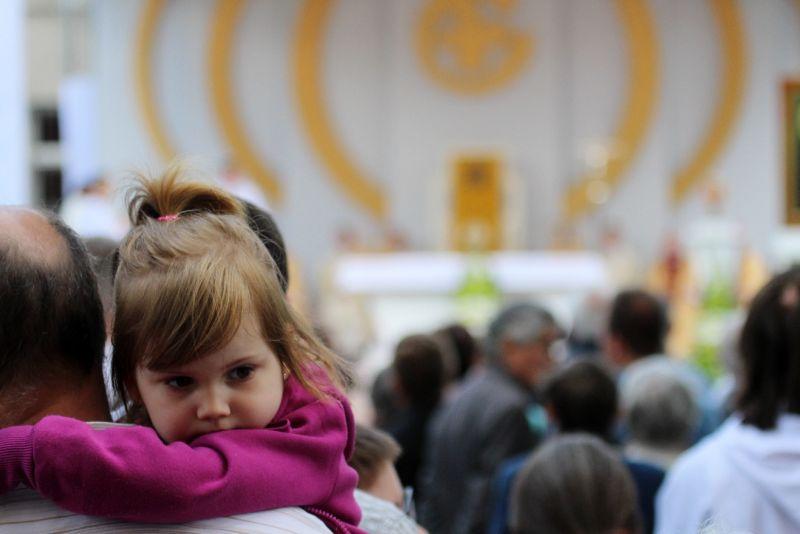 Msza św. w święto Eucharystii dziecko
