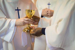 kielich ksiądz eucharystia msza święta wino