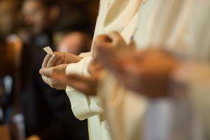 komunia ksiądz msza święta eucharystia