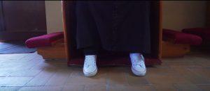 ksiądz konfesjonał buty trampki