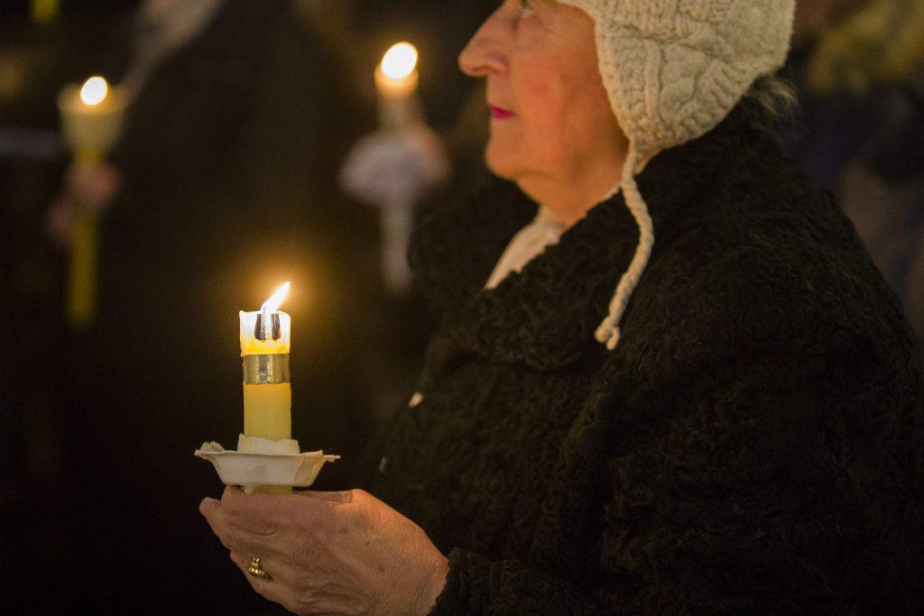 Świece, modlitwa w bazylice mariackiej w Krakowie