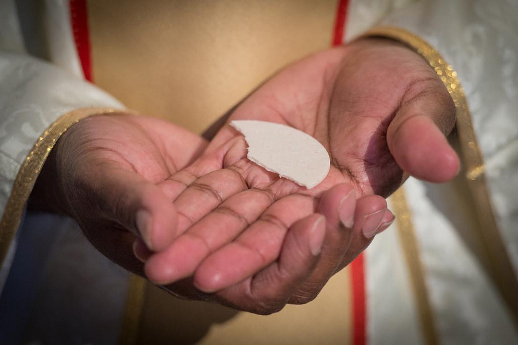 kapłan ksiądz eucharystia hostia