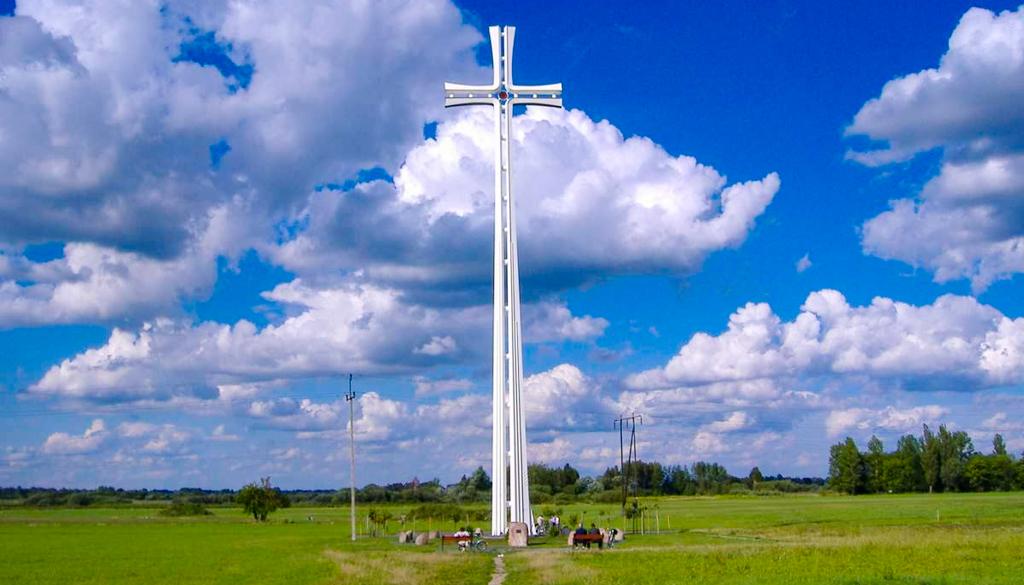 Krzyż papieski w miejscu liturgii sprawowanej przez Jana Pawła II w Siedlcach w 1999 roku