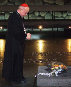 Kardynał Stanisław Dziwisz modli się w Yad Vashem podczas historycznej pielgrzymki